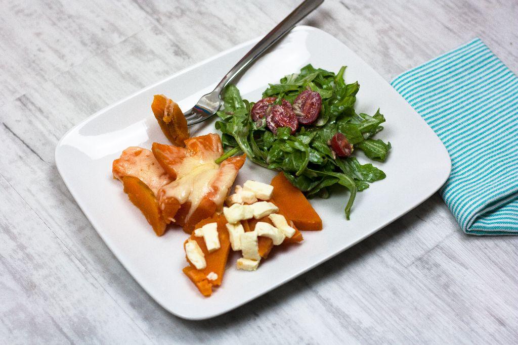 Süßkartoffeln mit zweierlei Käse und Salat